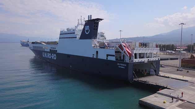 U.N. Ro-Ro ile Yunanistan'ın Patras Limanı'nda Türk Bayrağı Dalgalanıyor