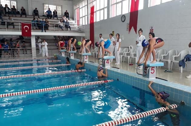 Adana'daki Yüzme Yarışlarına 149 Sporcu Katıldı