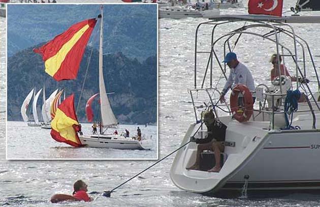 Rüzgar Yelkencilere Zor Anlar Yaşattı
