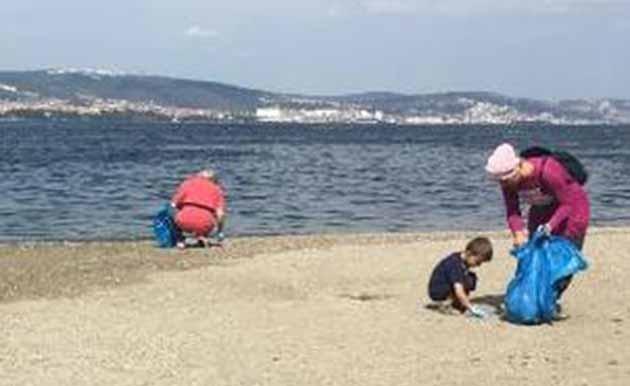 '' Bir Çöp Poşeti Kap Gel '' Kampanyasıyla Gölcük Sahili Temizlendi